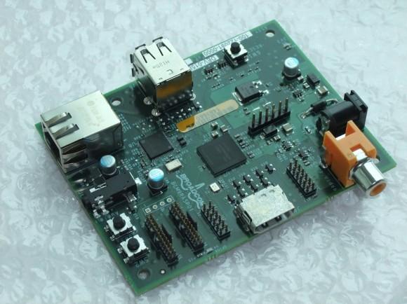 Компания Electrocomponents официально уведомила о доступности для предварительного заказа одноплатного компьютера Raspberry Pi (Model B) всего за $35. Спрос на нее оказался столь велик, что имевшиеся товарные запасы Raspberry Pi разлетелись буквально, как горячие пирожки, менее чем за день, а их пополнение ожидается теперь, примерно, в течение месяца. Raspberry Pi представляет собой доступное решение для обучения навыкам программирования и работы с вычислительной техникой. Его оснащение включает наличие процессора ARM11 с частотой 700 МГц, оперативной памяти в объеме 256 МБ и слота под карты памяти SD, а также пары USB-портов, сетевого Ethernet-подключения и разъемов HDMI и RCA. В качестве программной платформы используется Linux. Одноплатный компьютер Raspberry Pi обладает достаточной вычислительной мощью для запуска игр наподобие Quake III Arena и декодирования видео высокого разрешения в качестве 1080p. Помимо прочего, позднее в продаже появится и более дешевая модификация Raspberry Pi под названием Model A, в которой не будет одного USB-порта и сетевого Ethernet-подключения, а цена составит всего $25.